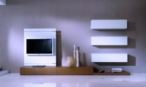 телевизор и полки в гостиной